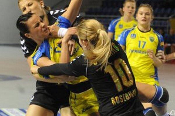 V obkľúčení ruských hráčok. T. Trehubovová to mala proti Rostovu ťažké.