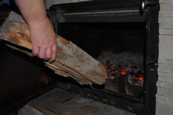 Kúrenie drevom. Ľudí láka hlavne možnosť ušetriť.