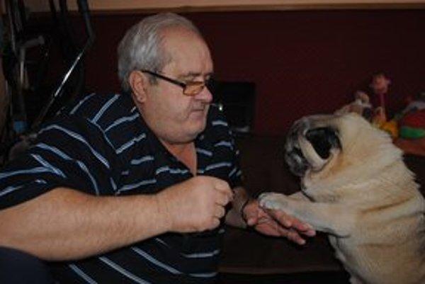 Chovateľ so psíkom. Martin Fedorko a jeho mops Oliver sú nerozlučnou dvojicou.