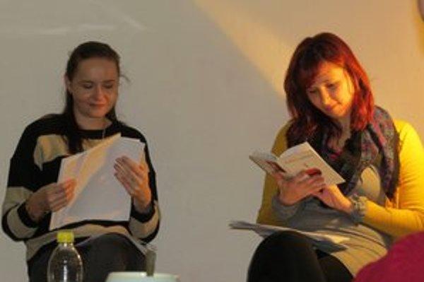 Mladé autorky. Po čítaní vlastných veršov si vyslúžili potlesk publika.