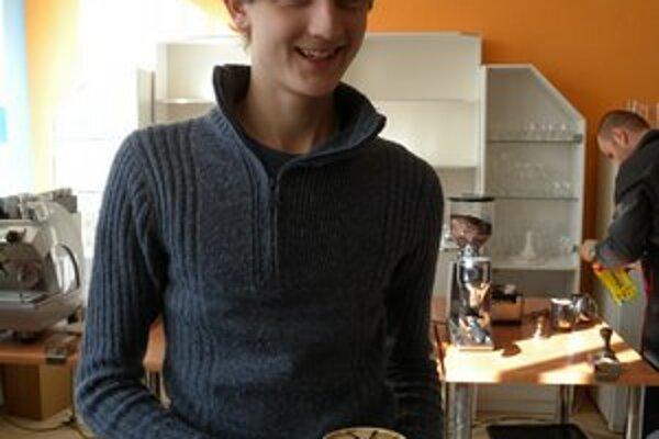 Študent Denis Gaňo s capuccinom.