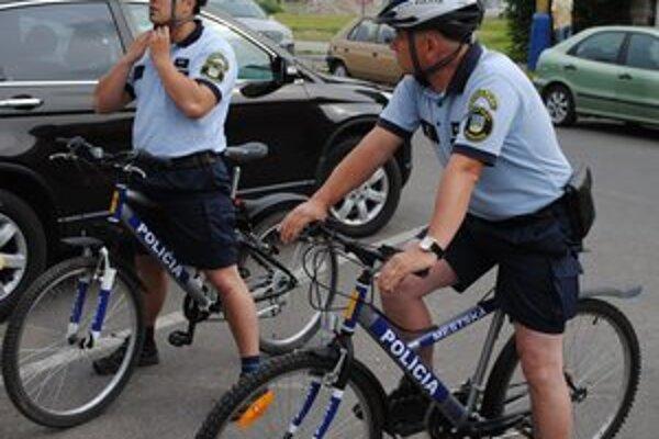 Policajti na bicykloch. Cyklohliadky patria medzi novinky, ktoré sa osvedčili.
