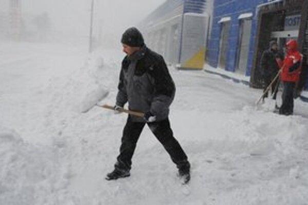 Snežiť už v Michalovciach prestalo, začína sa upratovanie.