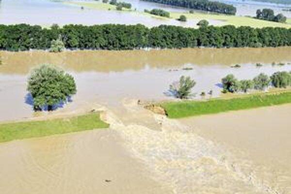 Tretina Ondavy ide von. Cez trhlinu, širokú asi 30 metrov, vyteká asi tretina vody v Ondave. Rieka si vytvorila druhé koryto, voda stúpa a ohrozuje dediny.
