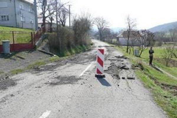 Cesta II. triedy. Takto vyzerá cesta pri obci Oľka. Podpísali sa pod to naložené kamióny, na ktoré nebola stavaná.
