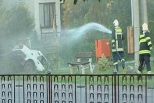 Nehoda. Unikajúci plyn ostrekovali hasiči do príchodu plynárov vodou. Ľudia sa obávali výbuchu.