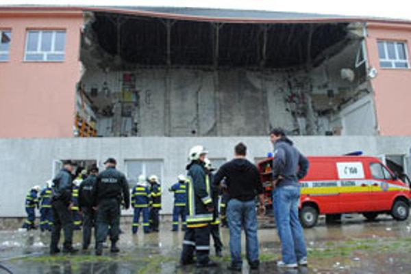 Časť budovy spadla a na mieste unikal plyn.