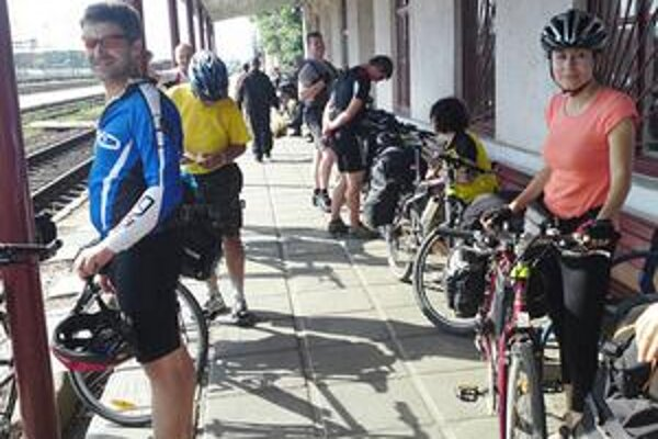 Bicyklom aj vlakom. Návraťáci si otestovali nielen bicykle, ale aj cestovanie po ukrajinskej železnici.