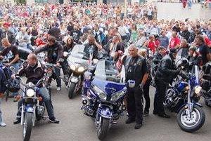 Lákadlo. Motorky vždy pritiahnu davy ľudí.