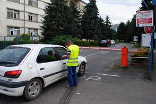 Výber parkovného. Za vstup do nemocnice platia všetci, aj vodiči so zranenými.