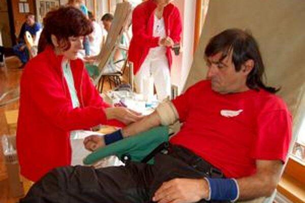 Nielen zábava, ale aj pomoc. Tradičnému motozrazu dali v Sečovciach aj charitatívny akcent - motorkári aj diváci môžu darovať krv.