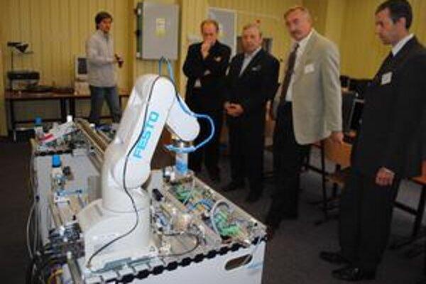 Robotizované pracovisko. Je prvé svojho druhu na školách v pôsobnosti Košického samosprávneho kraja.