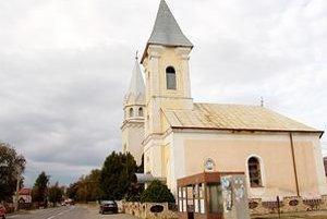 Slovenský Vatikán. Prívlastok slovenský Vatikán majú Čeľovce s 530 obyvateľmi. rímskokatolícky a reformovaný kostol sú hneď vedľa seba...