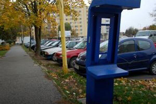 Ostalo len torzo. Z jediného automatu na Sídlisku Sever zostali len drôty. Nikomu nechýba, každý má mobil.