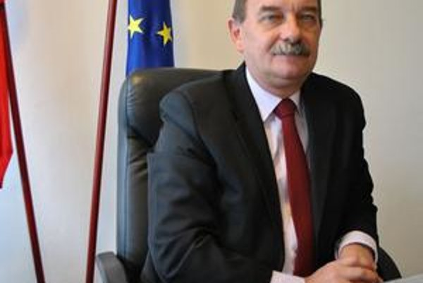 Jozef Babják. Novovymenovaný prednosta navrhol prepustenie zamestnancov, ktorí poberali výsluhový alebo starobný dôchodok.