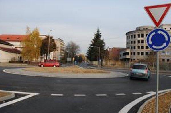 Kruhový objazd. Spája Špitálsku ulicu s Ulicou saleziánov.