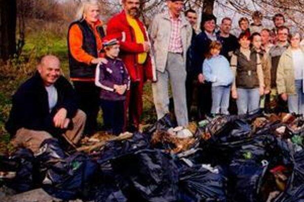 Dobrovoľníci. V blízkosti amfiteátra, kaplnky a cintorína vyzbierali 109 vriec odpadu.
