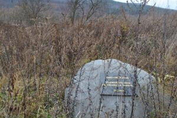 Kameň zarástol. Toto miesto naposledy ožilo v apríli, kedy tu základný kameň slávnostne poklopkal vtedajší premiér R.  Fico spolu s exministrom hospodárstva Ľ. Jahnátkom.