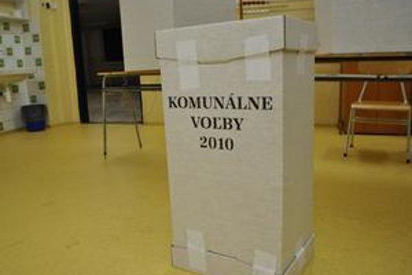 Komunálne voľby. Kandidáti neváhajú v boji o hlasy hľadať aj cestičky, ako obísť zákon.