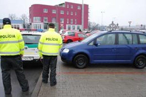 Auto. Polícia zaistila aj modrý Volkswagen Touran.