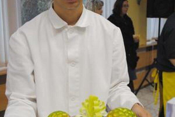 """Ozdoby. """"Reďkvičky, mango, pór alebo aj mrkva môžu poslúžiť ako vianočné ozdoby,"""" ukazuje Robert Čonka."""
