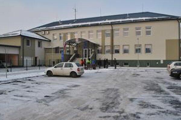Po rekonštrukcii. Náklady na prestavbu budovy bývalej materskej školy  na modernú budovu boli viac ako 1,3 milióna eur. Verejnosť pri vybavovaní rôznych záležitostí ocení hlavne nové parkovacie miesta, ktorých bolo v okolí doteraz málo.