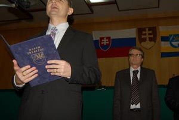 Preberanie moci. Pod vlajkami vpredu nový primátor, vzadu exprimátor.