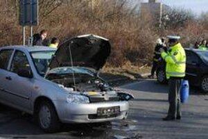 Nehoda. Vodič BMW vrazil do dvoch áut v protismere.