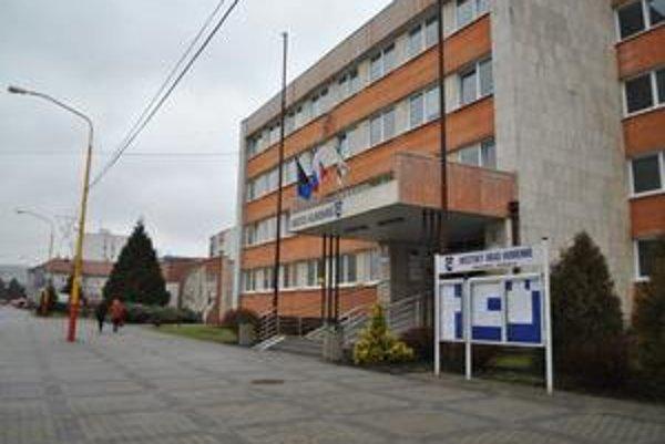 Mestský úrad v Humennom. Po 27. decembri sa tu podľa Vaľovej konali kontroly. Na otázku, kto ich vykonal, odzneli tri rôzne vysvetlenia.