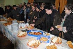 Ochutnávka. Kuchárky napiekli koláče pre celú dedinu.
