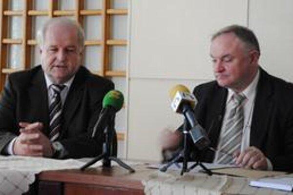 Juraj Horkay (vľavo). Vysvetlil, že slabšie vybaveným obciam pomôžu obvodné úrady.