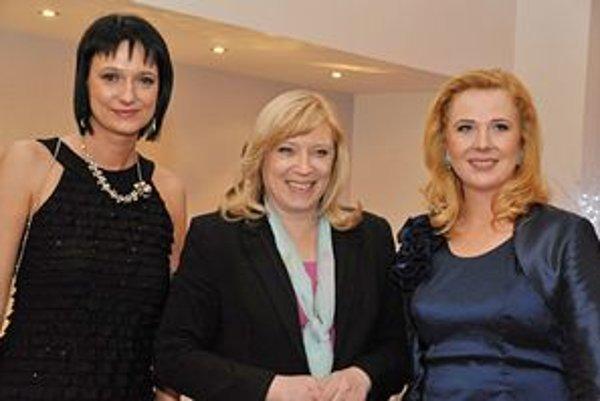 Najlepšie. Zuzana Fabiánová (vľavo) s Gabrielou Hrisenkovou sa na slávnostnom vyhlásení výsledkov súťaže Sestra roka 2010 stretli s premiérkou Ivetou Radičovou.