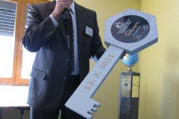 Riaditeľ Vihorlatskej hvezdárne. Igor Kudzej bol ústrednou postavou slávnostného aktu odovzdania dokončenej budovy planetária. Pridal aj prednášku o 20 rokoch, ktoré tejto udalosti predchádzali.