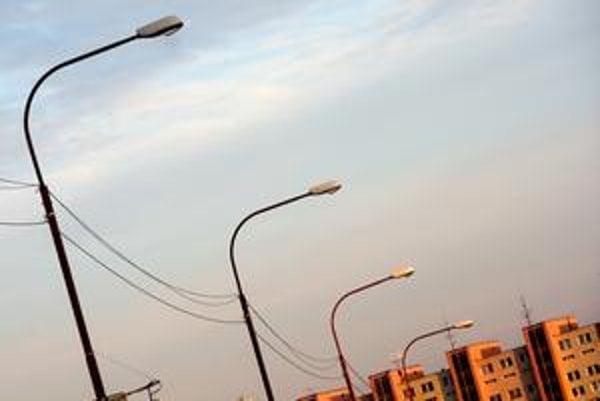 Mestská časť Bratislava sa snaží zbaviť káblov na verejnom osvetlení. Tie tam zavesila Digi TV.
