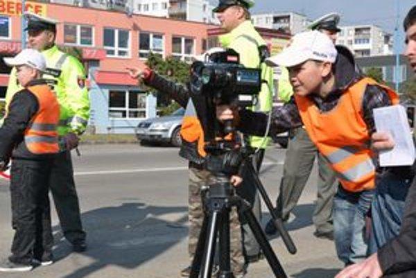 Strážili priechod. Školáci strážili priechod pre chodcov spolu s policajtmi. Vyskúšali si aj meranie radarom.