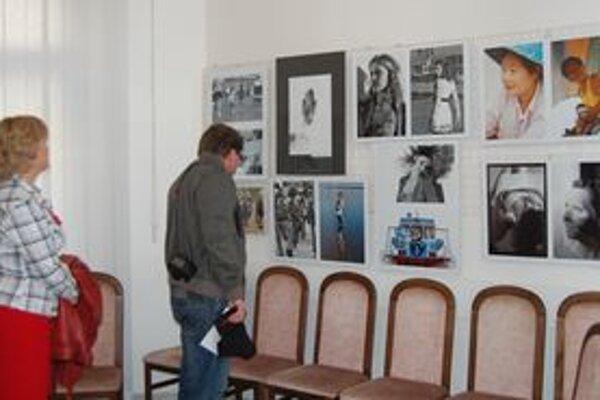 Vernisáž. Vystavené fotografie ľudí zaujali.