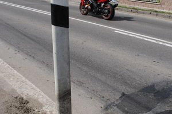 Nebezpečná prekážka. Zlodeji kovov ohrozili svojím konaním cyklistov, motorkárov aj vodičov.