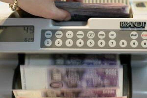 Devízové transakcie medzi korunou a eurom prinášali bankám nemalé zisky. Zavedenie eura to zmenilo.