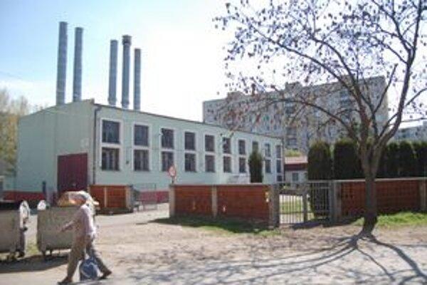 Kotolne. Vyrábajú teplo spaľovaním plynu. V Michalovciach by ho chceli nahradiť teplom zo zeme.
