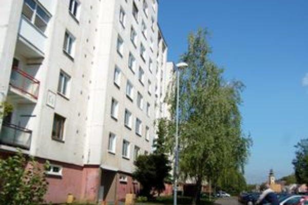 Michalovský primátor. Býva v bytovke v širšom centre mesta.