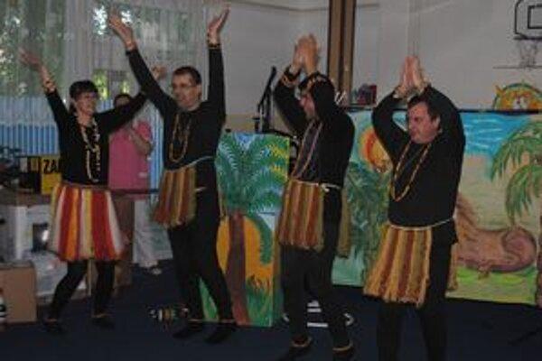 Klienti domova. Kanadských misionárov potešili africkým tancom.