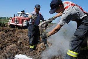Oheň likvidujú vpichovaním špeciálnej prúdnice pod povrch zeme.
