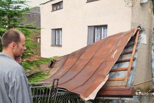 Strhnutá strecha rodinného domu v okrese Trebišov.
