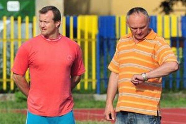 Nová trénerska dvojica Michaloviec. Tréner M. Ihnačák (vpravo) a jeho asistent P. Mihaľo.