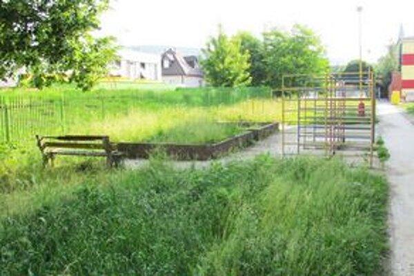 Sídlisko I. Detské ihrisko je zničené a zarastené trávou.