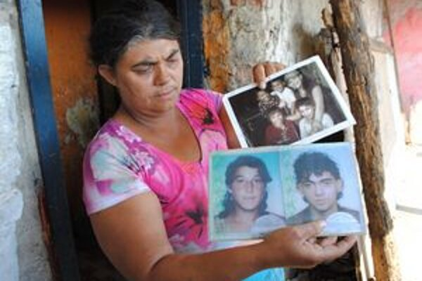 Darina Bajkorová. Ukazuje fotografie rodiny, ktorá zahynula za tragických okolností. Na snímke nebohí manželia Kimovci a ich dcérka Evka.
