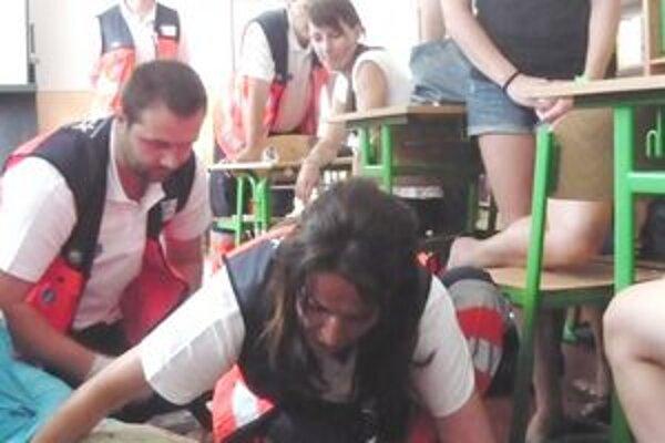 Ako naozaj. Počas kurzu spolužiaci s učiteľmi ratovali žiaka s epileptickým záchvatom.