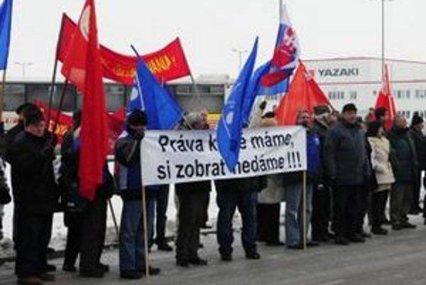 Protestné zhromaždenie OZ KOVO pred areálom firmy Yazaki v Michalovciach 1. februára 2011.