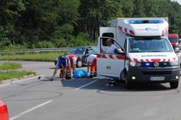 Nehoda. Motorkár zrážku s autom neprežil. Spolujazdkyňu previezli do nemocnice.