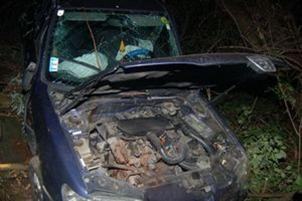 Nehoda. Devätnásťročná vodička zišla s autom mimo cesty. Bola opitá.